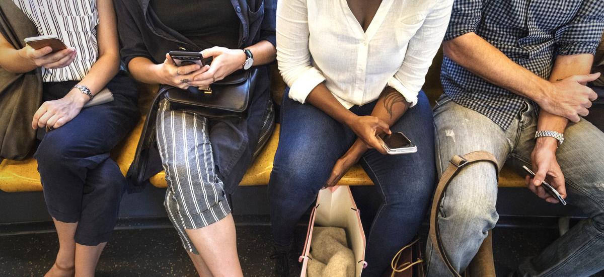 Cikkek olvasása a metrón - Y Generáció Iskolaszövetkezet